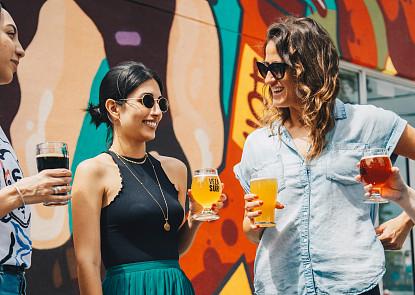 Alkohol škodí pleti, ale nevadí! Poradíme vám, jak si užít léto naplno a zůstat krásná