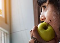 Jak se nepřežírat: Když vás honí mlsná, zakousněte si jablko a napijte se vody