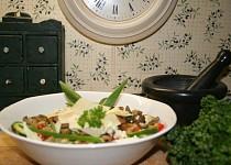 Ledový salát s hlívovými škvarečky a parmezánem