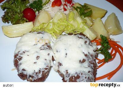 Tvrdý sýr je nastrouhaný,přidáno steakové koření.
