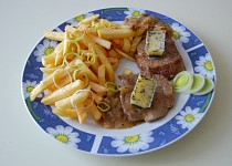 Steak na víně s bylinkovým máslem