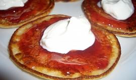 Tvarohové lívanečky s marmeládou a jogurtem