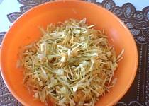 Zelný salát s mrkví a mozarellou