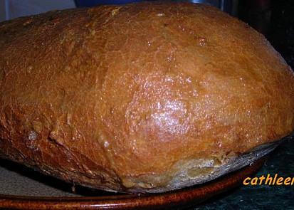 Peču cibulový už moc dlouho, občas i v troubě, jako tento. Jen opět s živým droždím a 2 lžičkama soli, potřený je rozšlehaným vejcem. Úžasně voní.