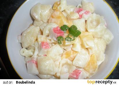 Těstovinový salát s krabími tyčinkami a broskvemi