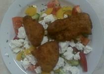 Zeleninový salát s vepřovými řízečky a sýrem Feta