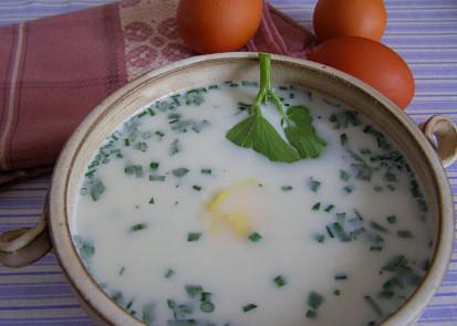 s plátky vajec vařenými natvrdo