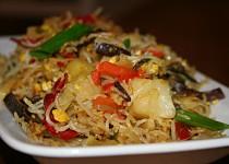 Dokřupava smažené rýžové nudle se zeleninou