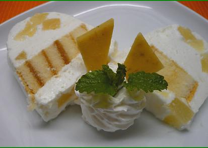 Děláno v amarounové formě, s ananasem a piškotovou roládou.