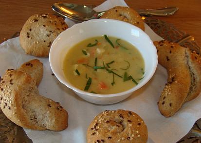 Polévka s čerstvě upečenými bulkami a rohlíky