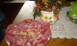 Rybízový,hrnečkový koláč s drobenkou