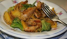 Medové kuřecí kousky s brokolicí a žlutou mrkví