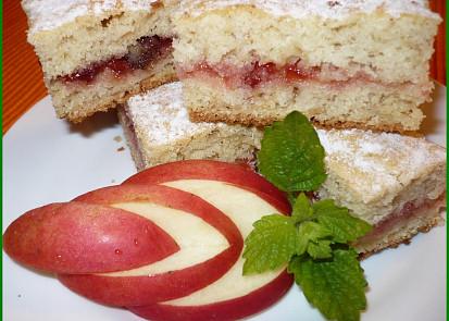 Moučník je rozkrojený a potřený marmeládou,navíc v těstě rozinky a trochu skořice