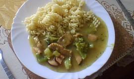 Vepřové na kari s brokolicí a klobásou