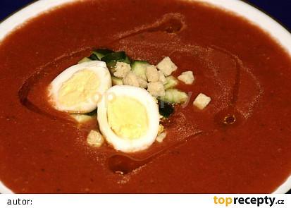 Polévka Gaspacho ozdobená vejcem