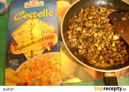 Nudle s houbami