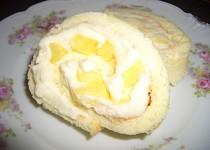 Piškotová roláda s ananasem a šlehačkou