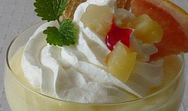 Pudinkový pohár s ananasem a šlehačkou