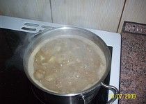 Čočková polévka s bramborem a smetanou.