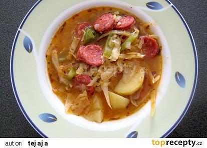 Gulášová zelná polévka