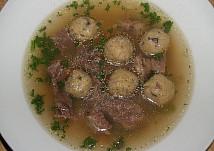 Hovězí polévka s houbovými knedlíčky
