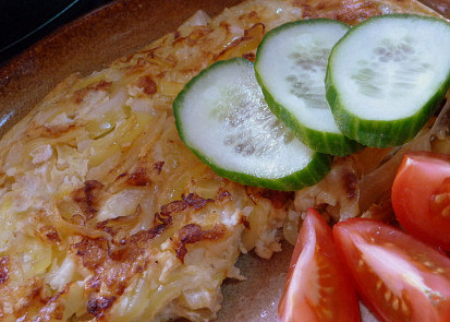 Polovina omelety se zeleninou.