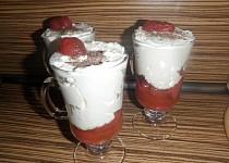 Opilý jahodový pohár s tvarohem