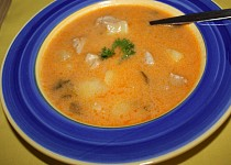 Polévka z masa a rajčat