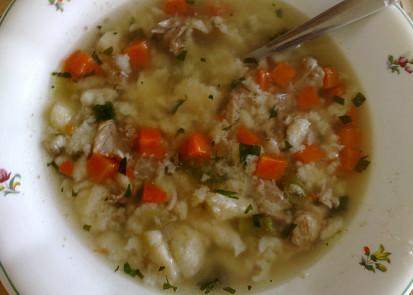 Polévka z vepřových kostí s kapáním