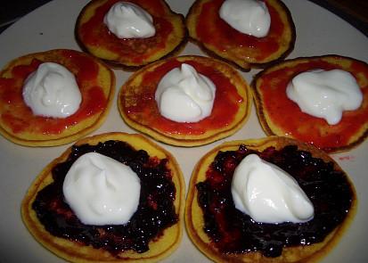 lívanečky s jakodovou a borůvkovou marmeládou a bílým jogurtem