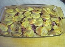 Zapečené brambory s kyselým zelím a anglickou slaninou