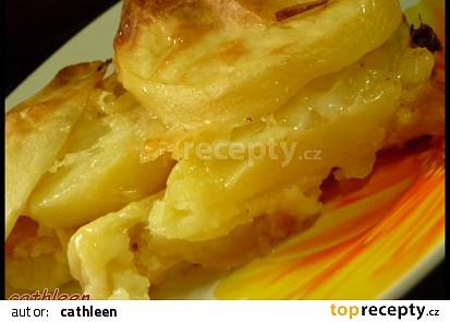Brambory pečené se sýrem a s máslem.