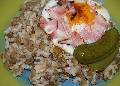 čočka s rýží, volským okem a okurkou
