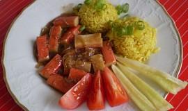 Krabí tyčinky s kari rýži s paprikou