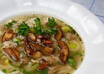 Polévka z vepřových kostí s rýží a houbami