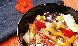 Čínské nudle s kuřecím masem a zeleninou