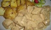 Kuřecí kousky v nivové omáčce s bramborami zapečenými s česnekem.