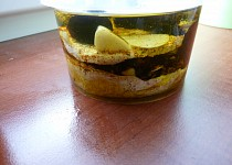 Naložený plísňový sýr se sušenými švestkami