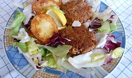 Smažený tuňák v listových salátech a pečenými brambory