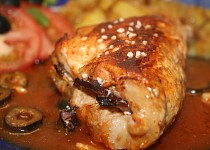 Plněné kotlety v červené omáčce s cibulovými brambory