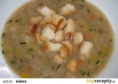 pórková polévka s osmaženým pečivem