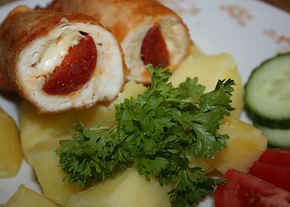 Smažená kuřecí prsa s maďarskou klobásou a sýrem
