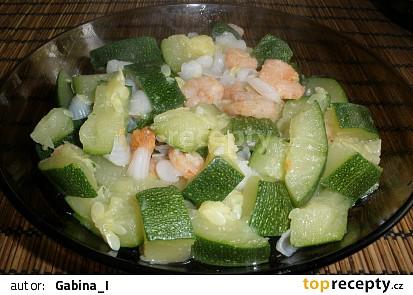 vařená cuketa s krevetami a česnekem