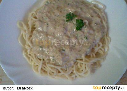 Špagety se smetanovou omáčkou s nivou a tuňákem