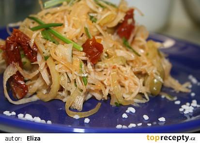 Zelný salát se sušenými rajčaty