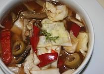 Pikantní zelný salát se sušenými houbami