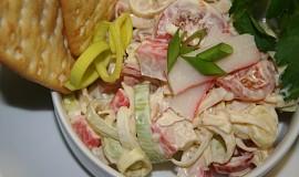 Pórkový salát s krabími tyčinkami