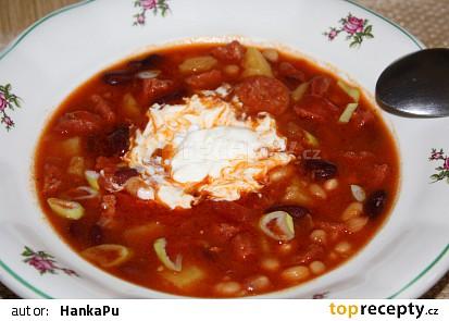 Hustá zimní polévka s luštěninami, klobásou a rajčaty