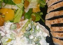 Salát se sýrem cottage, ovocem a kuřecím masem