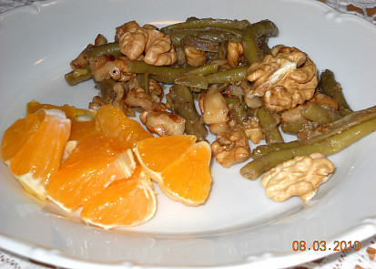 Zelené fazolky s ořechy a mandarinkami.